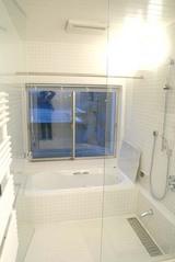 洗面室から見た浴室