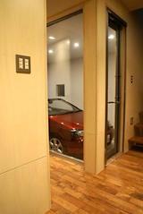 玄関から見えるガレージとクルマ