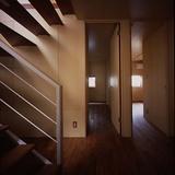 玄関ホールから2つの寝室を見る