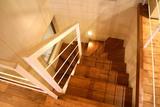 2階から階段室を見る