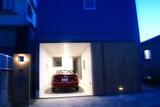 夜、外から見たガレージ