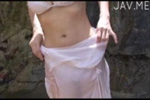 成熟した大人の魅力の巨乳グラドルが幻想的に滝の水と戯れるイメージビデオ