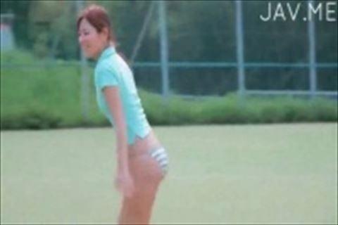 【イメージビデオ】黄色いビキニで砂浜を散歩したり、テニスコートで縞パンのキュートなお尻を見せてくれる美形美人娘のイメージビデオ
