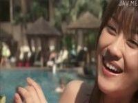 【xvideos】ハワイのプールで楽しそうにはしゃぐ巨乳娘のイメージビデオ
