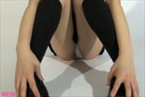 【fc2】制服美少女体育座りでこっちを見つめる視線がエロいグラビアアイドル