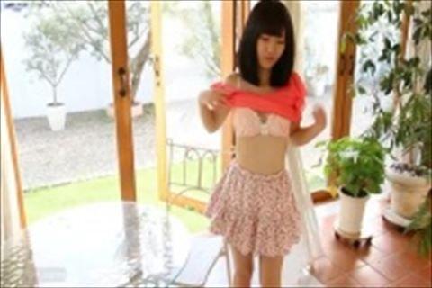 アイドルの着エロ動画。甘酸っぱそうないちごのぱんつが萌える着エロアイドルのIVはこちらですw