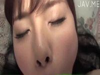 【xvideos】巨乳美女がおっぱいを揉みしだかれ、透明の棒をパイずりフェラするヌードイメージビデオ