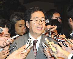記者団の質問に答える斉藤政調会長