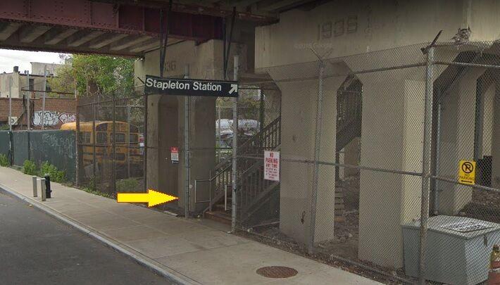 黒人3人にナイフで脅される階段 Stapleton Station