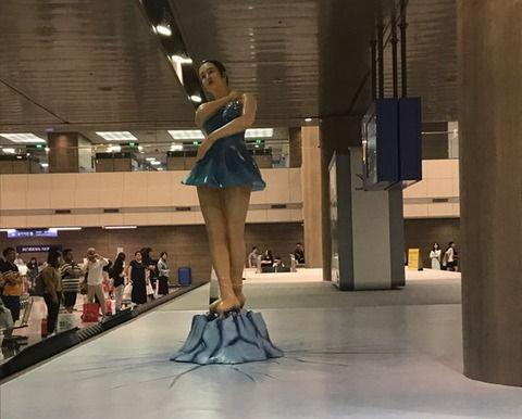 仁川空港の像とソウル駅の自動人形 どっちもキムチに似てる