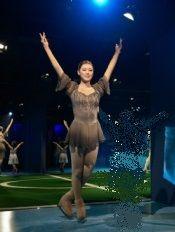 足を開いて胸の運動です キムヨナ蝋人形 ラジオ体操第一