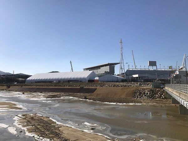 平昌オリンピックスタジアム 三方が川で凍死しろと言わんばかり