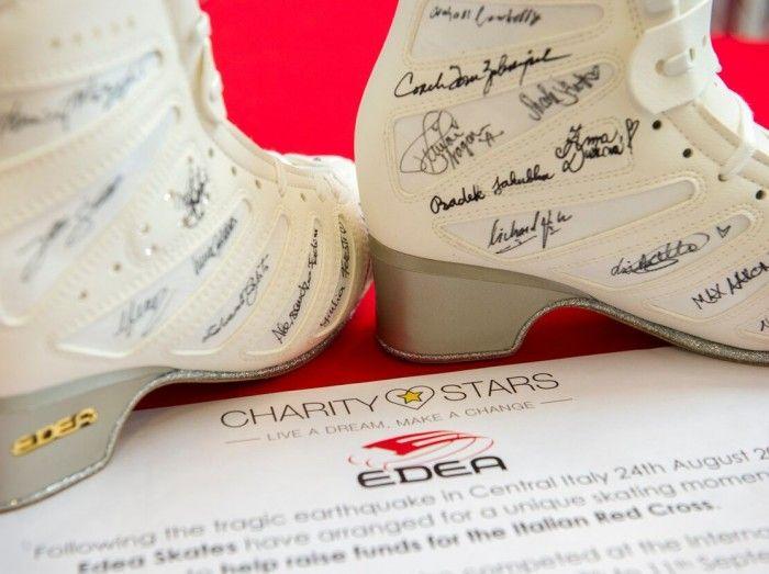 エデアがサインブーツ(靴)でチャリティ・オークション