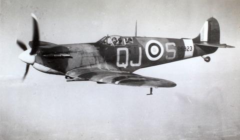 15_Supermarine_Spitfire_R6923,_QJ-S_(15836050395)