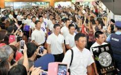 金足農、地元の秋田空港に到着 1400人が出迎え