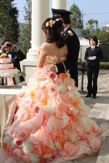 新婦のこのドレス、すっごく可愛かった! 甥は警察官なのでこんな服装で登場もしていました。