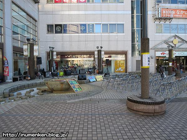 n_s_700(草加駅_歌手のステージ(埼玉)