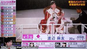 i_b_91(AKB「第6回・選抜総選挙」(2014)渡辺麻友1位_玉座に座る