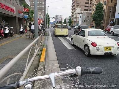 n_st_143〈車道を自転車で走る
