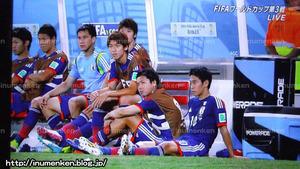 tv_32(サッカーW杯「日本vsコロンビア」4点目後のベンチの選手の表情