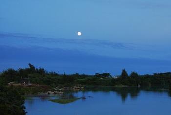 入り江の満月 (1024x690)