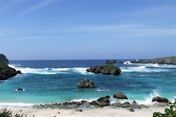 海荒れの中の島