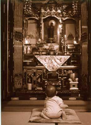 仏壇の前で