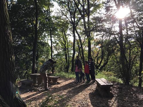 秋空の家族写真撮影風景