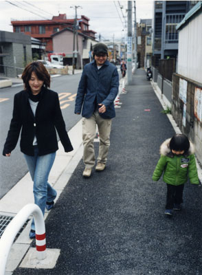 歩道を行く