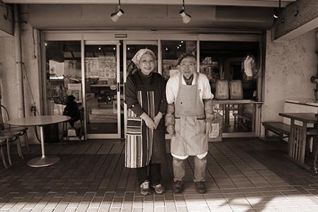 お肉屋さんの夫婦の写真