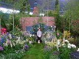 かわいい上野砂由紀さんと、本人に似て可憐な彼女の庭。