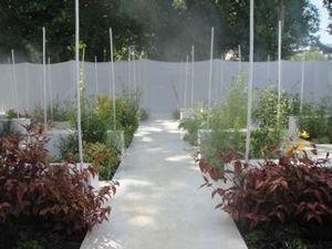 霧の吹き出す庭