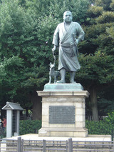 """西郷隆盛の銅像。""""ウサギ狩り""""の姿は有名"""