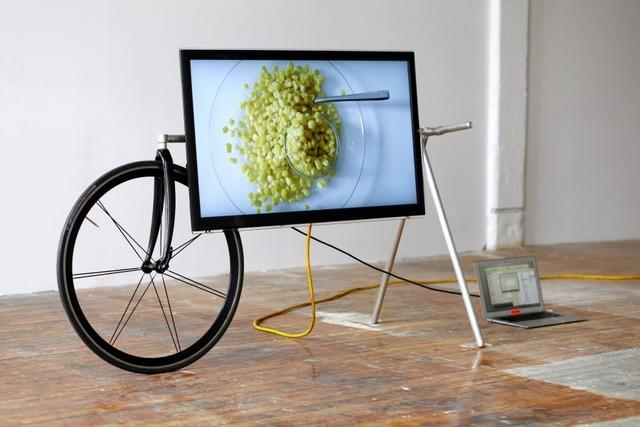 自転車のように車輪が付いたテレビスタンド : ...