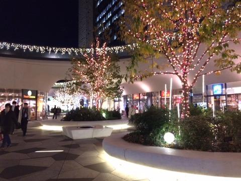 街中でライトアップが続々と。写真はスクエアエニックス本社前。さて、日本酒入荷しました!