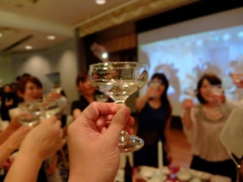 パーティーで乾杯画像