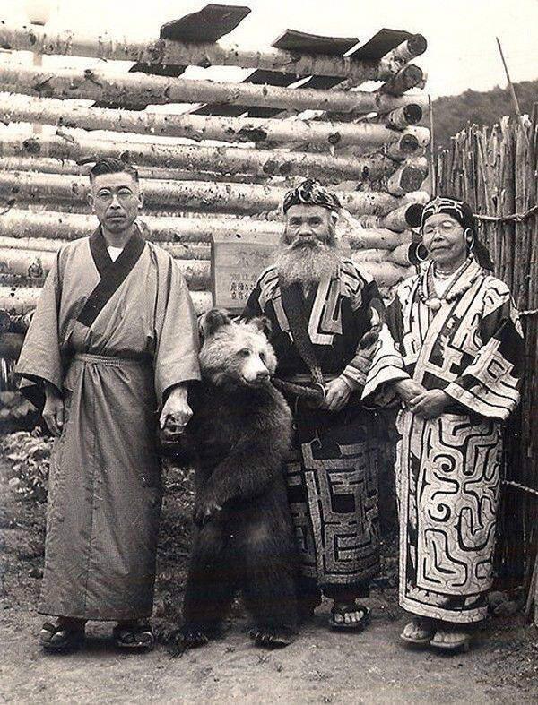 【画像】昔のアイヌ人、ヒグマを普通にペットとして使役していた