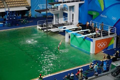【リオヤバイ】オリンピック飛び込み会場のプールの水の色が、突然、水色から緑色に、原因も不明