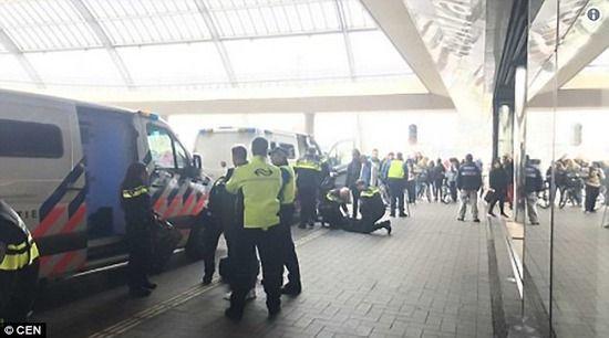【悲報】8人の英国紳士、オランダの高速列車内で床に糞便をまきちらし現行犯逮捕される