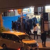 【速報】ネットカフェ立てこもり男の身柄確保!! ブルーシートに囲まれて警察車両へ、女性は無事保護