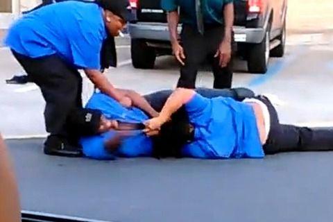 【動画】マクドナルドのガチムチな店員同士が白昼堂々殴り合いを開始