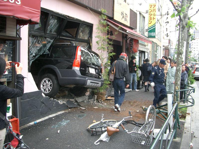 店に車が突っ込んだ画像検索するのが楽しい