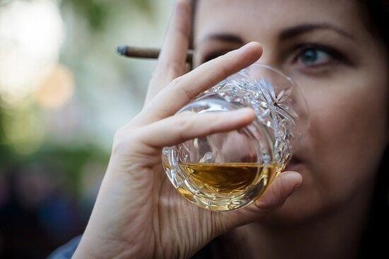 【悲報】俺ヤニカス、通ってた2軒のバーが禁煙になり発狂wwww