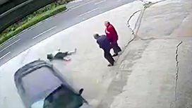 車が突っ込んできて老人2人がぶっ飛ばされる映像
