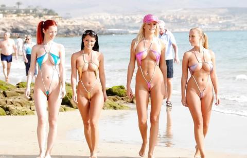 【露出狂】乳首もマ○コも丸出しの水着でビーチを練り歩いた美女wwwwwwwwwwww