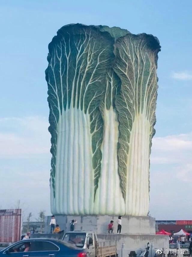 """【画像】中国さん、高さ20メートル重さ12トンの""""白菜""""を作る"""