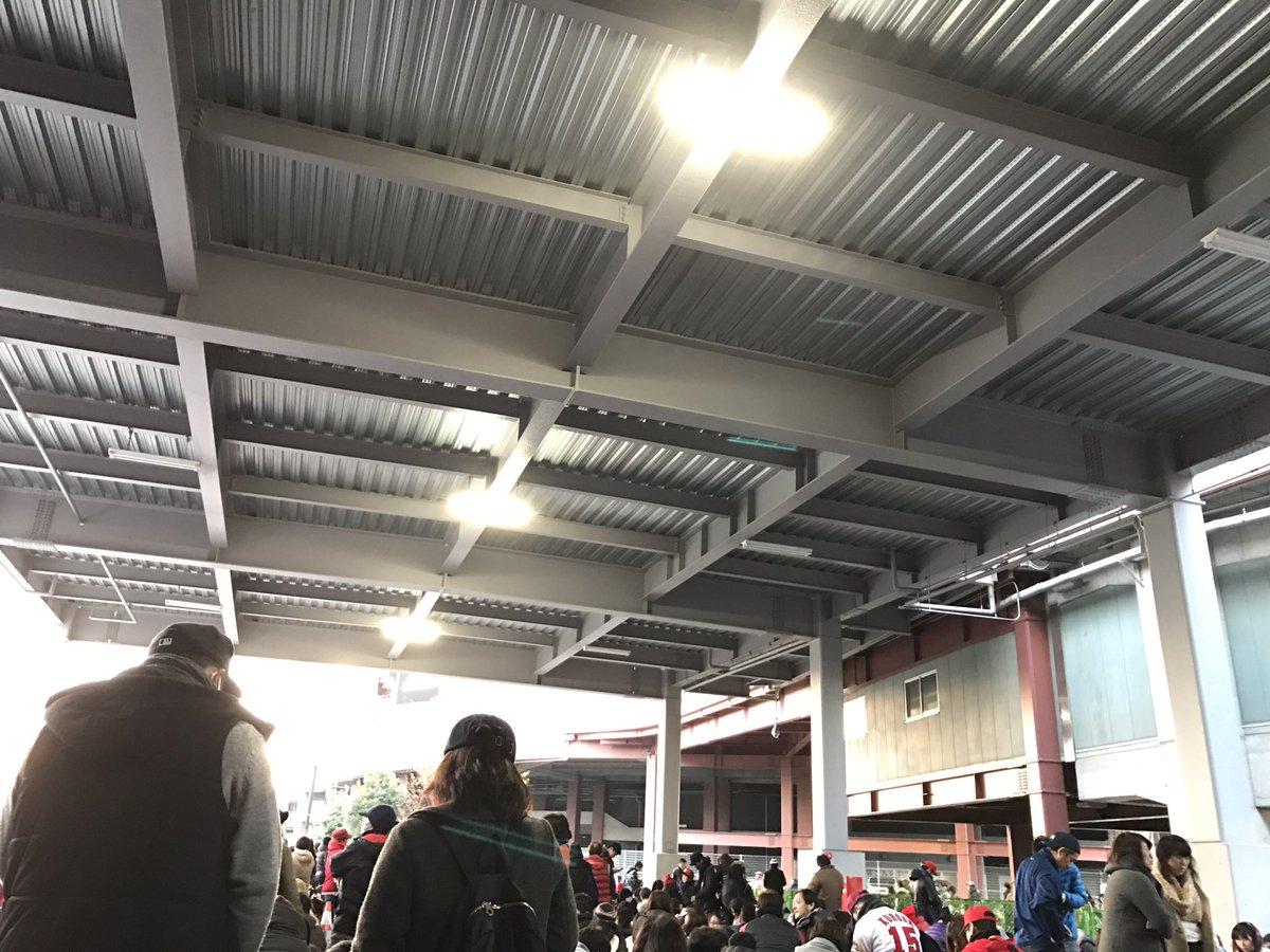 【現地画像】広島カープ、ファン感謝デー!マツダスタジアム前大行列の様子が地獄絵図でカオスwwwww
