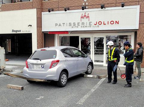 【奇跡の店】洋菓子店に69歳女性が運転する車が突入、修理して営業再開後、69歳男性が運転する車が突入www