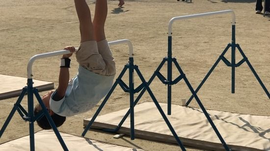 【東京】鉄棒で遊ぶ子どもに逆上がりを教えてあげる事案が発生