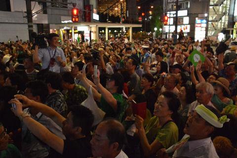 【東京都知事選】小池百合子氏の演説に数千人が熱狂「都民はダメだ。また騙される。小池さんはミニヒトラー」がっくり肩落とす年配女性!!